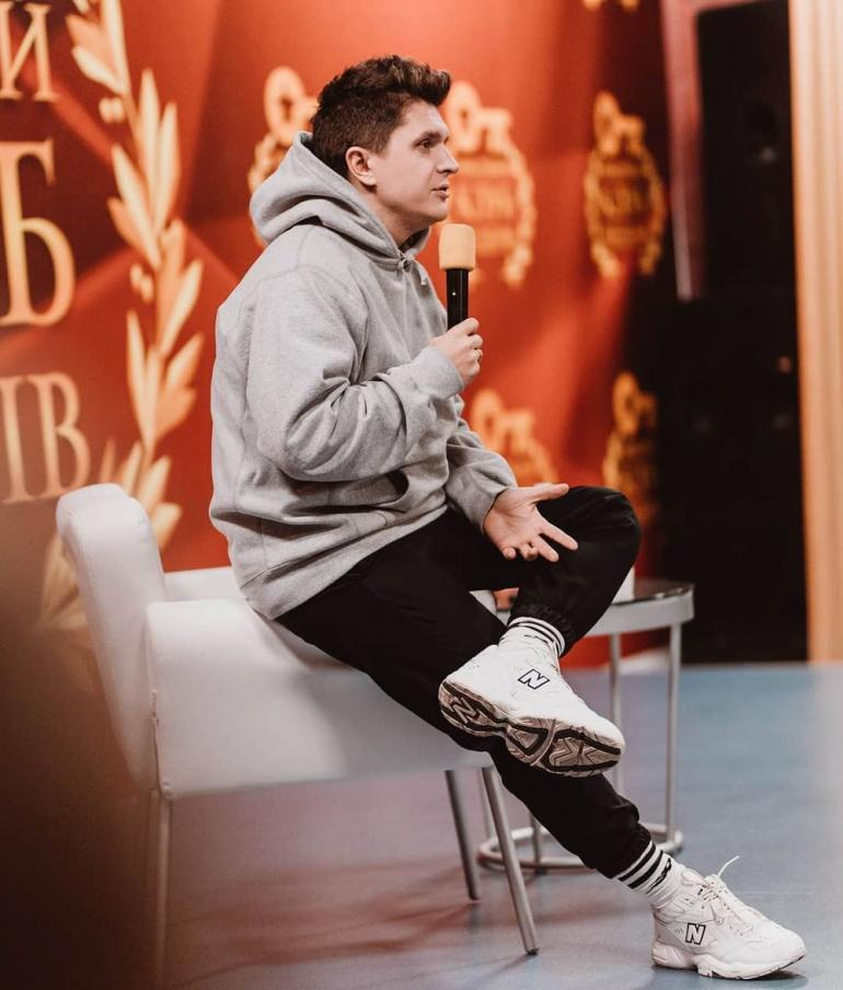 Анатолий Анатолич присел на кресло